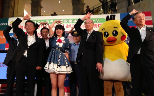 AKB48 Team8の小田えりなさん、 トヨタ交通安全キャラクターのクック、販売店社長とのフォトセッション