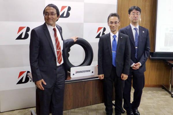 グアユールを使用した試作タイヤをプレゼンテーションした、森田浩一執行役員(中央研究所)、中山敦氏(中央研究所・ 研究第3部)、吉田裕人氏(環境企画推進部・環境戦略企画ユニットリーダー(左から)