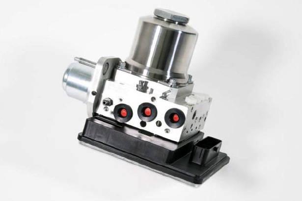 エンジンの負圧に依存するバキューブブースターを使用せず、高速電動ポンプでブレーキ油圧を発生させるIBC