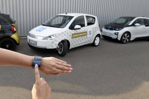 都市型の電気自動車「アドバンスト・アーバン・ビークル(AUV)」。大切れ角のステアリング、リモード駐車、半自動運転の技術を満載