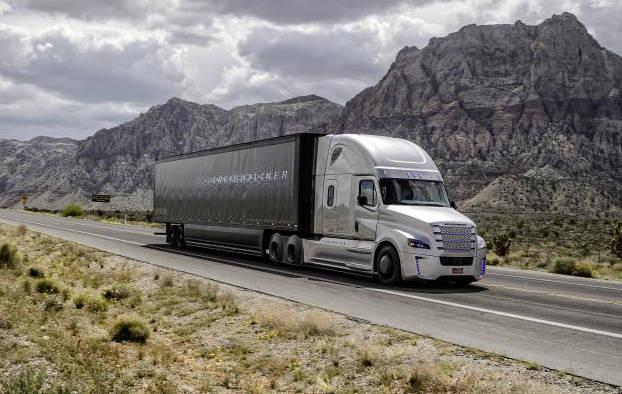 ネバダ州のハイウェイを走る「フレートライナー・インスピレーション・トラック」