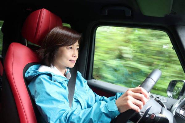 新型 メルセデス・ベンツ Gクラス 試乗記 ドライブ中 飯田裕子さん