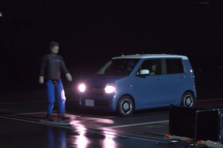 夜間・街灯なしの暗闇で横断する歩行者を検知して自動ブレーキが作動