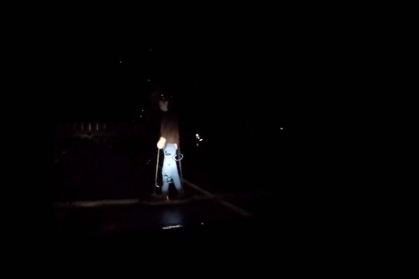 車両側から見たヘッドライトに浮き上がる夜間の歩行者