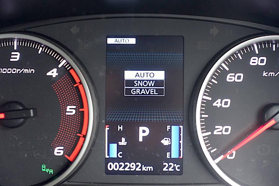 走行モードは3種類。AUTO SNOWそしてラフロードはGRAVELと表記