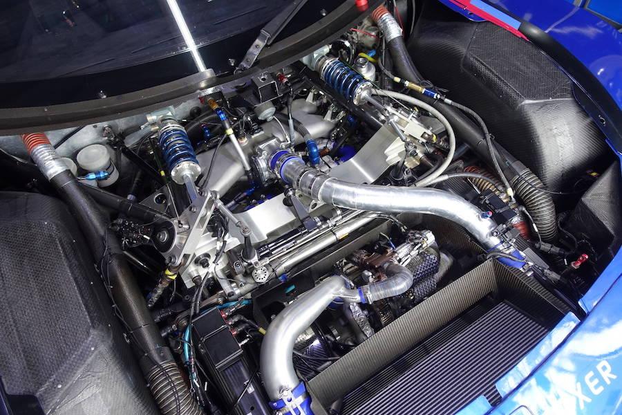BRZ GT300のエンジンルーム。バルクヘッドから2本のコイル付きダンパーが見える。これがフロントダンパー