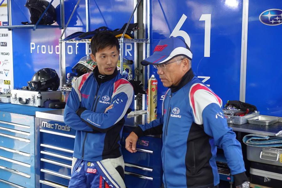 山内英輝選手と渋谷総監督。朝の公式練習はトップタイムをマークするも改善点があると