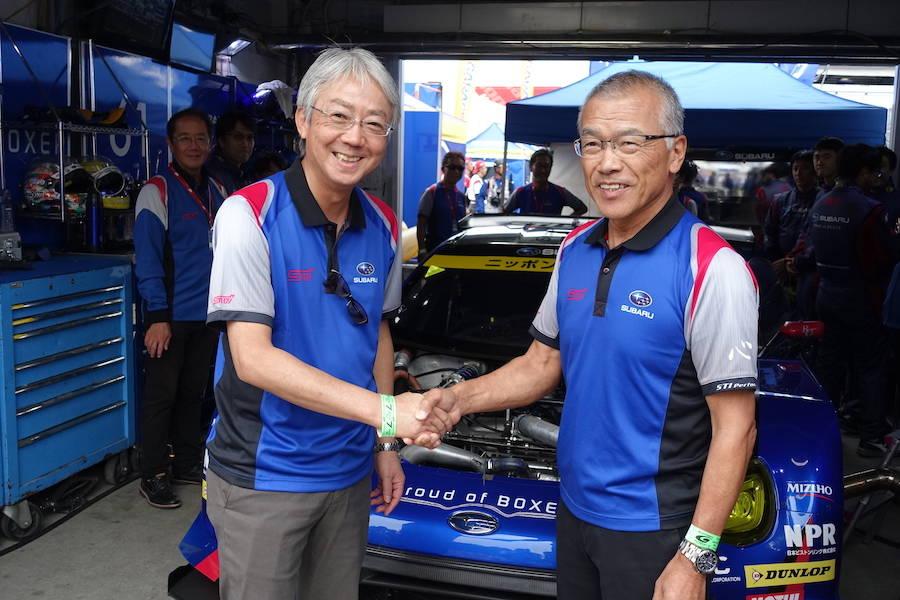 決勝日には、スバルの中村社長が激励に訪れ、笑顔で握手を交わす渋谷総監督