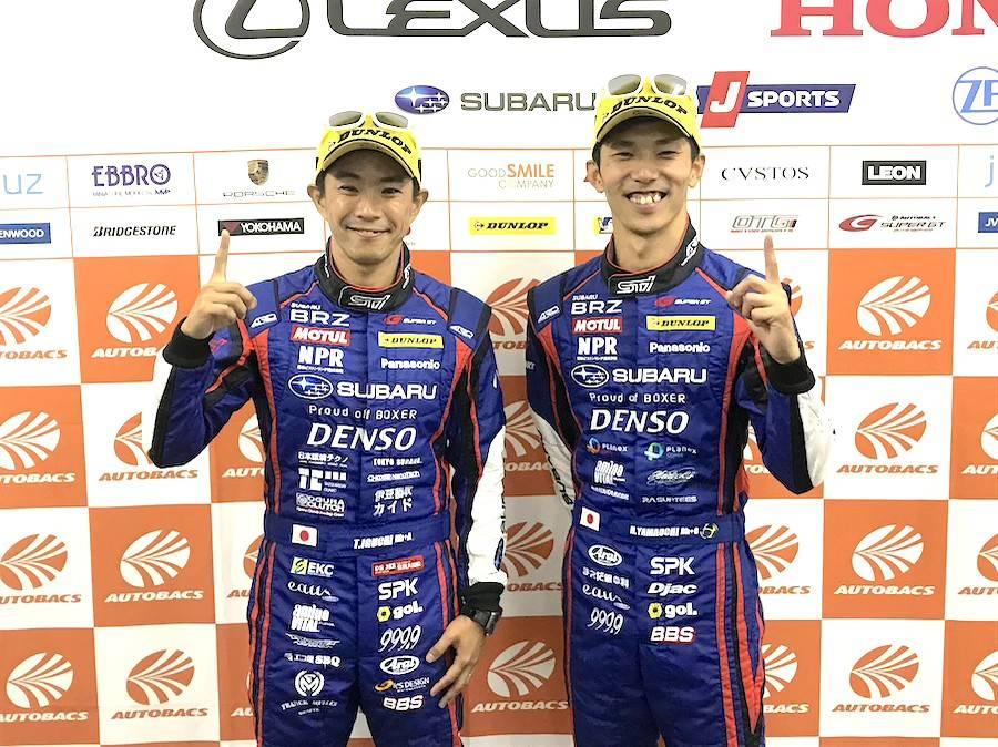 山内英輝(右)がコースレコードを塗り替え、ポールポジションを獲得した「やっぱりスバルは・・・1」ポーズを決める