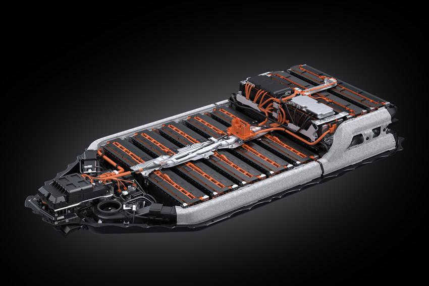床下に配置させるバッテリーパック。パックの左右にバッテリーセルの温度調整用のダクトが配置されている
