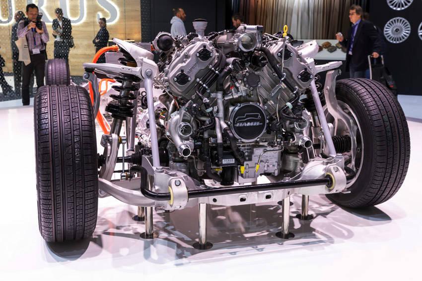 エンジン前端には「NAMI」のエンブレムを装着