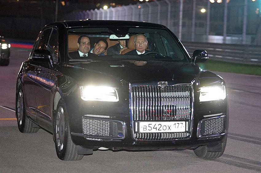 プーチン大統領自らがステアリングを握って運転