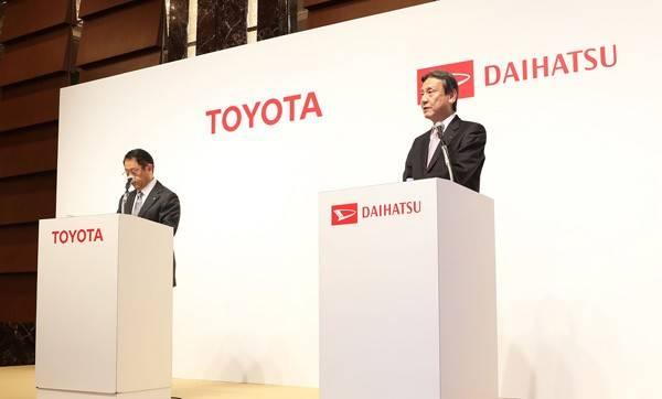 2016年1月29日の共同記者会見に臨むダイハツ工業の三井正則社長(右)。「BMWにおけるMINIのような存在に」というコメントも注目を浴びた