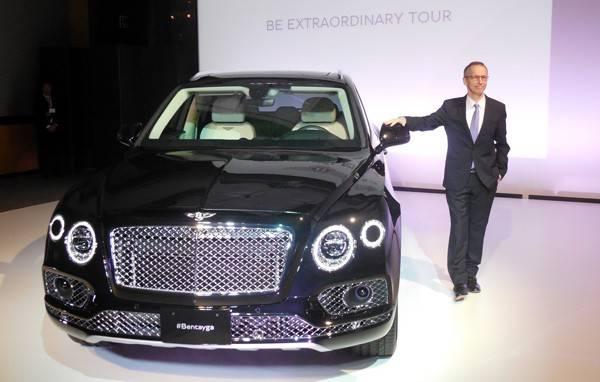 ベントレーモータースジャパン社長のティム・マッキンレイ氏と新型SUV「ベンテイガ」