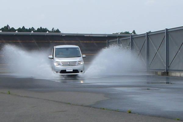 タイヤが水面に浮きあがるハイドロプレーキングのテスト