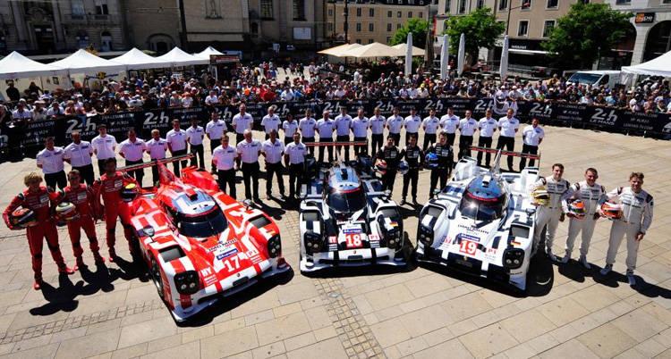 ル・マン24時間レースの車検を受けるために集合したポルシェチーム